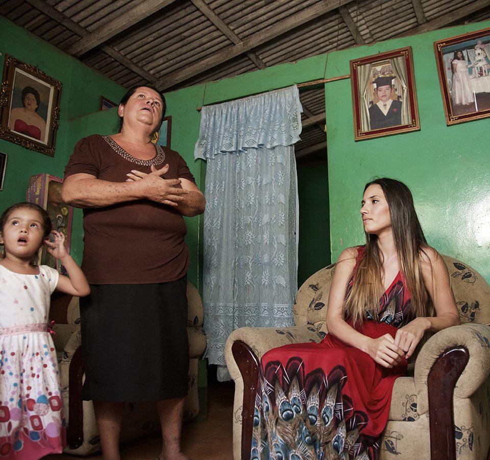 Doña Susana y su nieta, dueña de la casa comunitaria los Sanchez Norte en San Rafael del Sur.